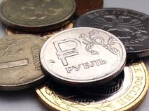 """Есть несколько версий происхождения слова """"рубль"""". По одной из них предком российской денежной единицы была индийская рупия. Более распространенная версия - та, по которой рубль является отрубленным куском гривны. Фактически так и выглядели отруби на Руси. Гривна же – это украшение, которое носили на шее – то есть, где-то в области """"гривы"""" или """"загривка"""". Им же иногда и расплачивались. С копейкой все куда проще. На ней изображался Георгий Победоносец с копьем. Оно и дало название монете."""