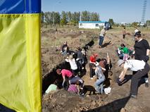 На границе с Россией украинские добровольцы роют рвы и окопы