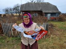 Жительница Киевской области с предвыборным плакатом