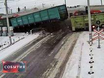 Грузовик столкнулся с двумя поездами на переезде