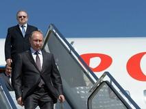 Президент России Владимир Путин спускается по трапу самолета
