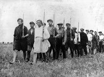Советские мужчины и женщины идут на фронт