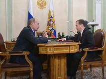 Президент России Владимир Путин и председатель правительства России Дмитрий Медведев во время встречи