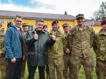 Президент Украины Пётр Порошенко и военнослужащие армии США
