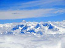 Вершина горы Эверест над облаками