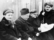 Никита Хрущёв (второй слева) и Лаврентий Берия (второй справа) едут в вагоне Московского метрополитена