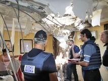 Сотрудники миссии ОБСЕ осматривают место обстрела в Донбассе