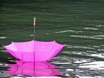 Зонт плавает на воле