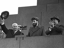 Никита Хрущёв, Фидель Кастро и Леонид Брежнев на трибуне Мавзолея
