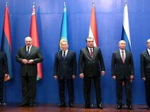 Слева направо: Президент Армении Серж Саргсян, Президент Белоруссии Александр Лукашенко, Президент Казахстана Нурсултан Назарбаев, Президент Таджикистана Эмомали Рахмон, Владимир Путин, Президент Киргизии Алмазбек Атамбаев.