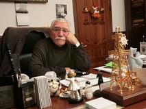 Армен Джигарханян в рабочем кабинете