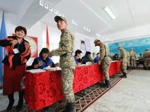 Военнослужащие Киргизии голосуют на выборах
