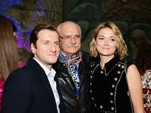 Никита Михалков с младшей дочерью Надеждой и её мужем Резо Гигинеишвили