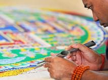 Монахи рисуют мандалу
