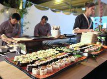 Приготовление суши в ресторане