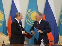 Президент России Владимир Путин и президент Казахстана Нурсултан Назарбаев во время подписания совместных документов