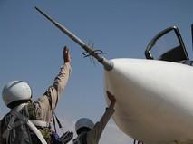 Российские летчики у самолета Су-24 перед вылетом