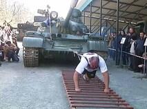 Приморский силач Иван Савкин двигает танк Т-54