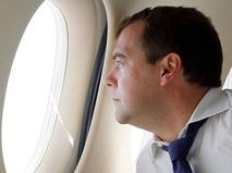 Дмитрий Медведев смотрит в иллюминатор самолёта