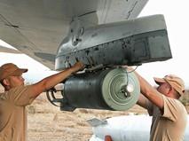 """Технический персонал обслуживает российский самолет в аэропорту """"Хмеймим"""" в Сирии"""