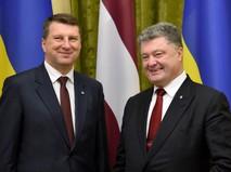 Президент Латвии Раймондс Вейонис и глава Украины Петр Порошенко