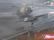 Грузовик врезается в пешеходный мост