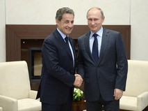 Президент России Владимир Путин и бывший президент Франции Николя Саркози во время встречи