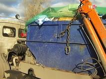 Грузовик с мусором на территории свалки
