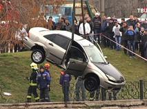 Служба спасателей вытаскивают машину из пруда