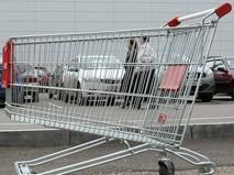 Пустая тележка у входа в гипермаркет