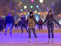 Посетители катка в Центральном парке культуры и отдыха имени Горького