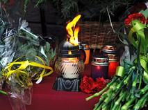 Свечи и цветы в память о жертвах трагедии