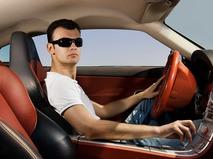 Мужчина за рулём роскошного автомобиля