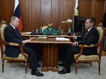 Президент России Владимир Путин и губернатор Астраханской области Александр Жилкин во время встречи в Кремле