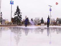 Подготовка ледового покрытия катка на ВДНХ в Москве