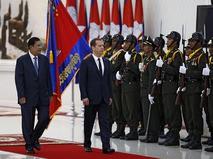 Премьер-министр России Дмитрий Медведев и премьер-министр Камбоджи Хун Сен во время церемонии официальной встречи в Пномпене
