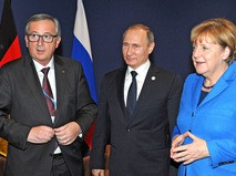 Председатель Еврокомиссии Жан-Клод Юнкер, президент России Владимир Путин и канцлер Германии Ангела Меркель