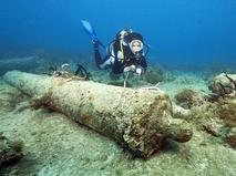 Дайвер у затонувшего коробля