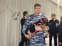 Сотрудник МВД России с щенком Добрыней