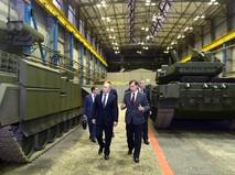 Президент России Владимир Путин осматривает военную технику, в том числе танк Т-90, в Нижнем Тагиле