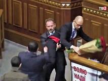 Олег Барна уносит Арсения Яценюка с трибуны