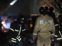 Сотрудники пожарной службы МЧС России во время тушения возгорания в Воронеже