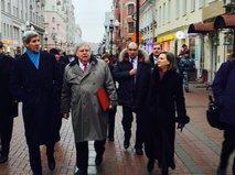 Госсекретарь США Джон Керри с послом США в России Джоном Теффтом во время прогулки по Арбату