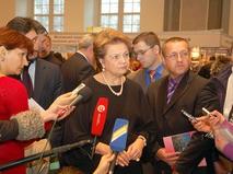 Людмила Швецова дает интервью журналистам