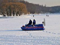 Бригада спасателей патрулирует акваторию пруда в Царицынском парке в Москве зимой