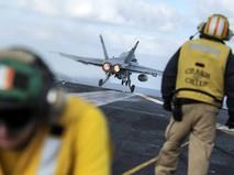 Истребитель ВВС США взлетает с палубы авианосца