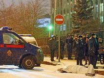 Сотрудники правоохранительных органов на месте происшествия в центре Москвы на улице Солянка, где неизвестный из автомобиля застрелил мужчину