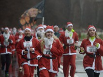 Участники забега Дедов Морозов в Москве