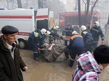 Сотрудники МЧС РФ эвакуируют жителей разрушенного в результате взрыва бытового газа многоэтажного дома