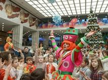 Дети играют с артистами во время новогоднего представления в Кремле
